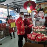 """กระทรวงพาณิชย์ โดยสำนักงานพาณิชย์จังหวัดปทุมธานี จัดกิจกรรมรณรงค์บริโภค รับเทศกาลตรุษจีน ปี 64 """"ตลาดสดยุติธรรม ลดราคาช่วยประชาชน"""""""